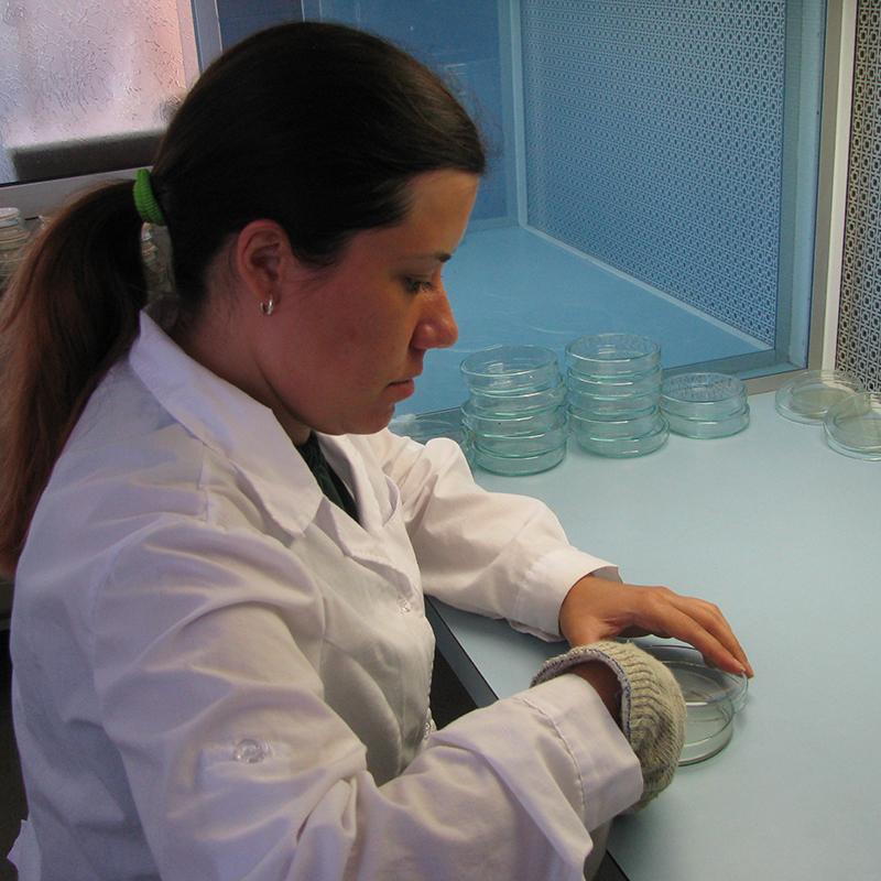 Недялка Аценова в лаборатория